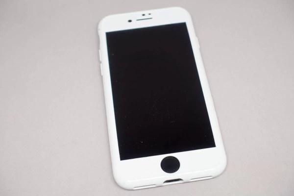 ホワイトのケースをiPhone 7ジェットブラックに装着