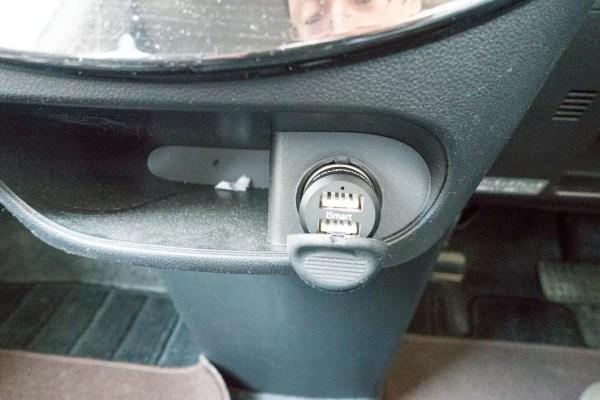 車のシガーソケットに接続後の状態