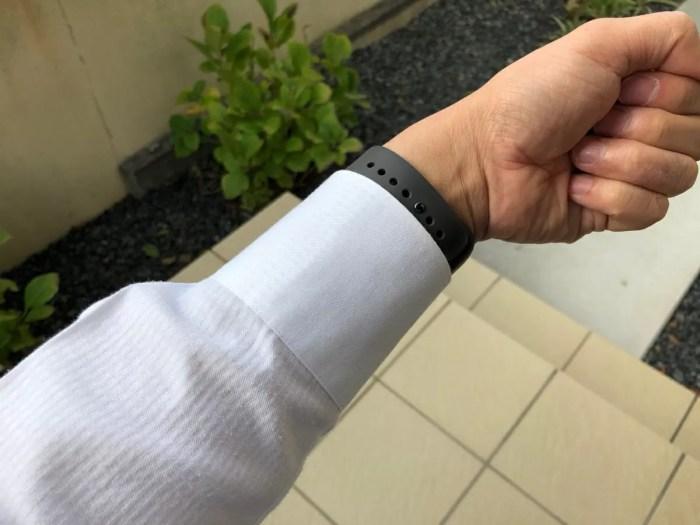 左手から右側のリーダーに手を延ばし、かつ手首を捻るのは面倒