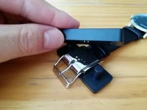 Smart Buckle(スマート・バックル)の充電器に本体を置き、充電器の上側を被せる