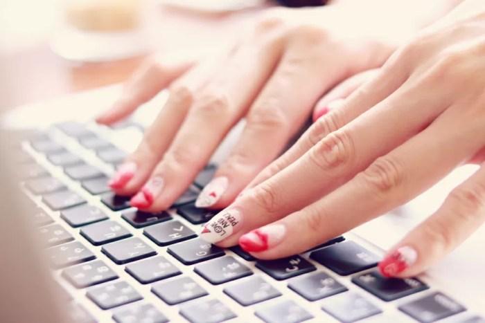 強化するキーワードで、実際記事をリライトしている女性の手元