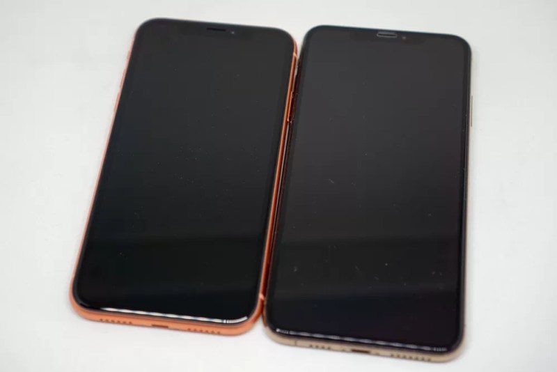 iPhone XRとiPhone XS Maxの正面比較