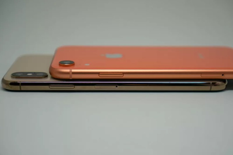 iPhone XRとiPhone XS Maxの側面比較