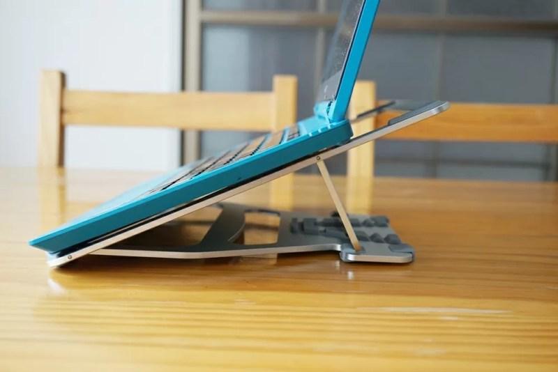 Humixx PC スタンド本体にノートパソコンをのせたあと横から見る