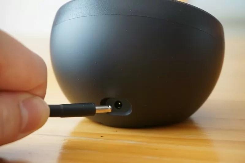 【Freedy:Qi(チー)規格対応ワイヤレス充電パッド】本体にACアダプタのプラグを差す