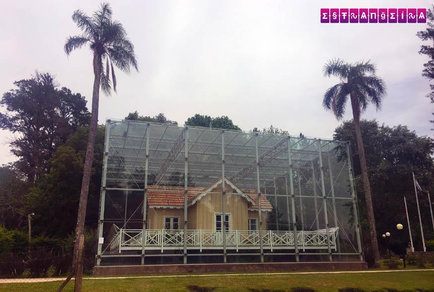Rancho do presidente Sarmiento protegido por um cubo de vidro. Meio estranho, né?