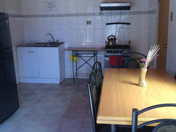 Cozinha compartilhada do Hostal Puripica, onde fazíamos nossos cafés da manhã e jantas. Sempre limpa e com alguns ítens de uso liberado por todos (sal, óleo, chás, café).