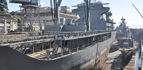 """Navio Tanque """"Almirante Gastão Motta"""", Corveta """"Barroso"""" e Navio Patrulha """"Guajará"""" em docagem simultânea"""