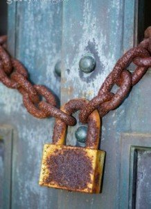 ما وراء الباب المغلق: مقدمة