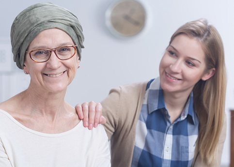 Mujer con cancer de cabeza y buena higiene dental