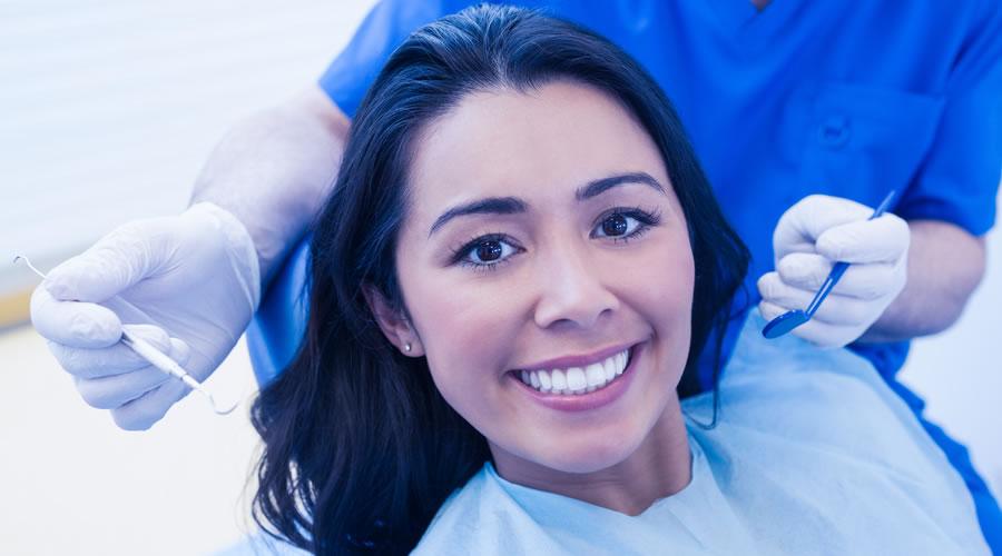 mujer sonriendo en la clinica dental de Barcelona