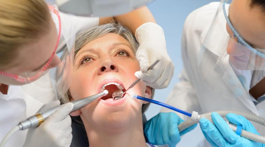 Señora mayor controlando sus implantes dentales