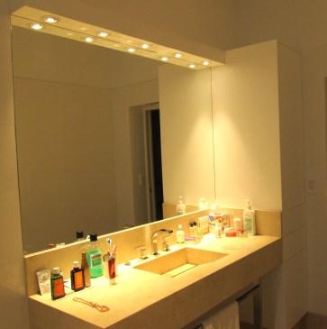 Mueble de guardado y cenefa con iluminación fabricados en MDF laqueado poliuretano blanco semi mate. Mueble con puertas de apertura PUSH sin necesidad de manija o tirador