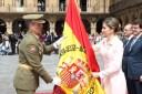 Su Majestad la Reina entrega la nueva bandera al coronel jefe del Regimiento