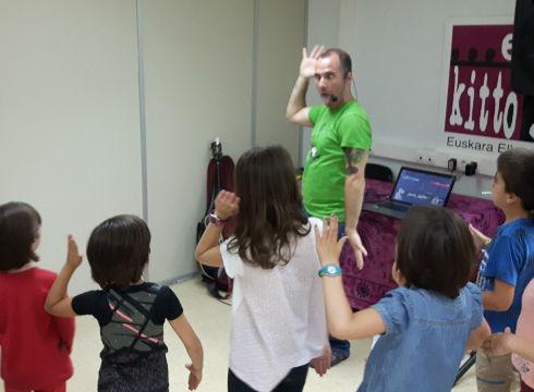 Dantzaz gozatuz Estangarekin