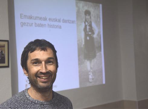 """""""Emakumeak euskal dantzan: gezur baten historia"""" hitzaldia eman zuen Erandion Oier Araolazak"""