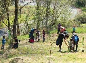 Zuhaitz Egunarekin bat egin zuten familiek 40 zuhaitz landatu zituzten atzo Eztiagan