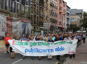 Nagusien eskubideen aldeko manifestazioa egin dute gaur eguerdian