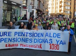 Pentsio duinen aldeko manifestazioa egin dute eguerdian Eibarko Pentsiodunen Plataformakoek