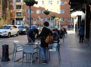 Herriko tabernari gehienek ateak zabaldu dituzte, Eibar kolore gorritik laranjara igarotzean