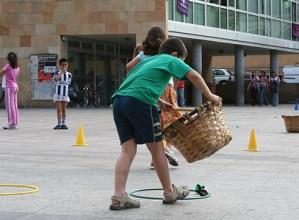 Seme-alaben zaintzaileak kontratatzeko dirulaguntzak emango ditu Eusko Jaurlaritzak