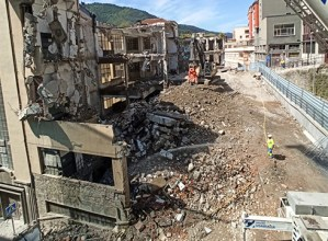 Aurrera doaz El Casco eraikina eraisteko lanak