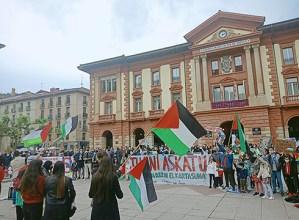 Palestinarren kontrako sarraskiak salatzeko manifestazioa egin zen atzo Eibarren