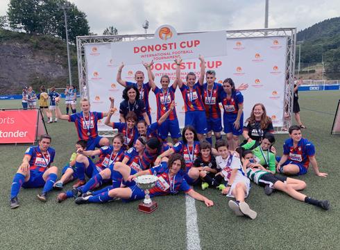 Eibar FT-ko beteranoek iaz irabazitako txapela berretsi zuten Donosti Cup-ean