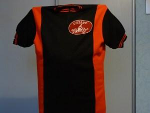 AG Septembre 1983 : un jeu de maillots de différentes couleurs est proposé à la majorité des adhérents qui a choisi un maillot noir avec des bandes latérales rouges.