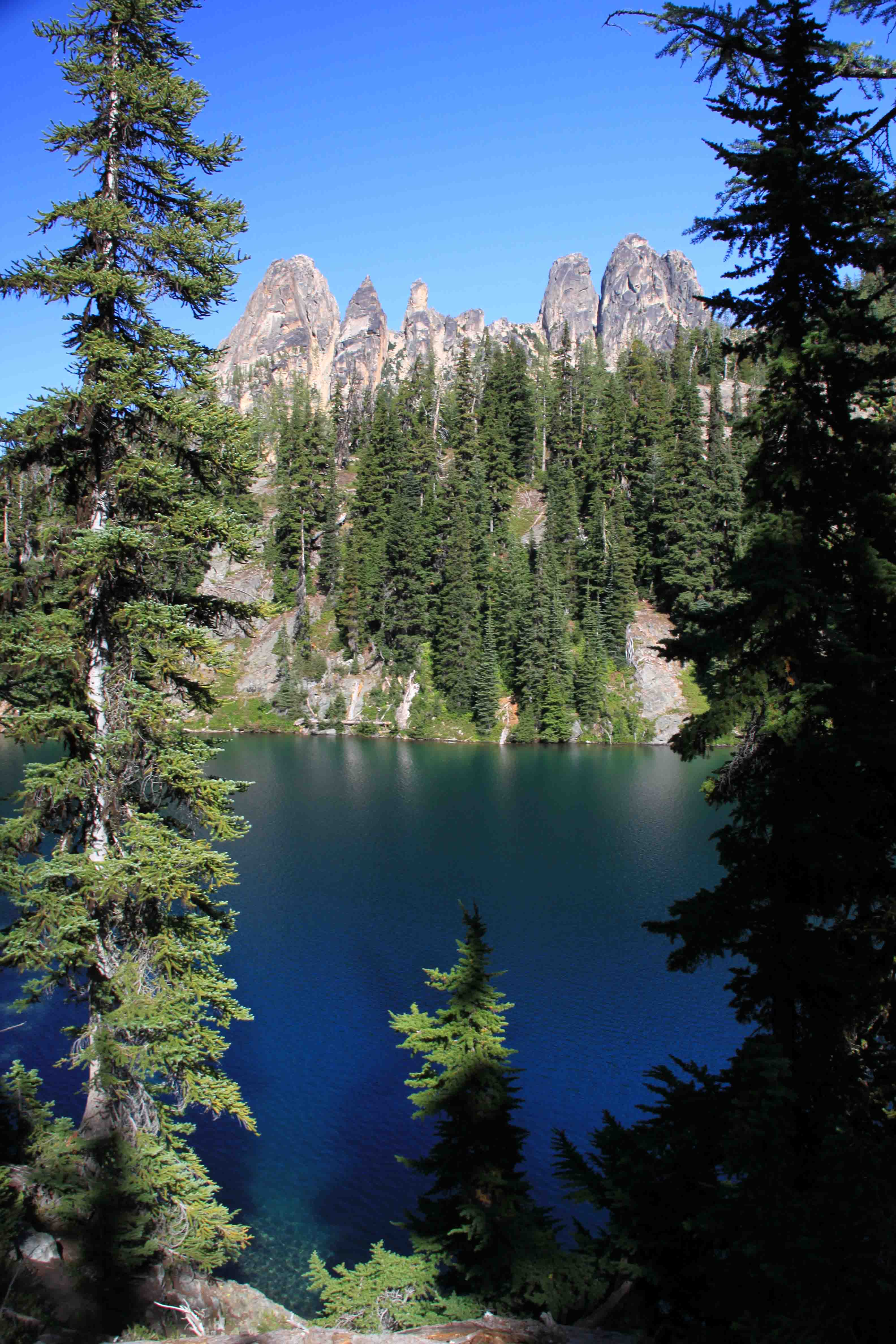 blue lake in the north cascades
