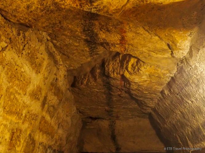 black line on ceiling for navigation in les catacombes