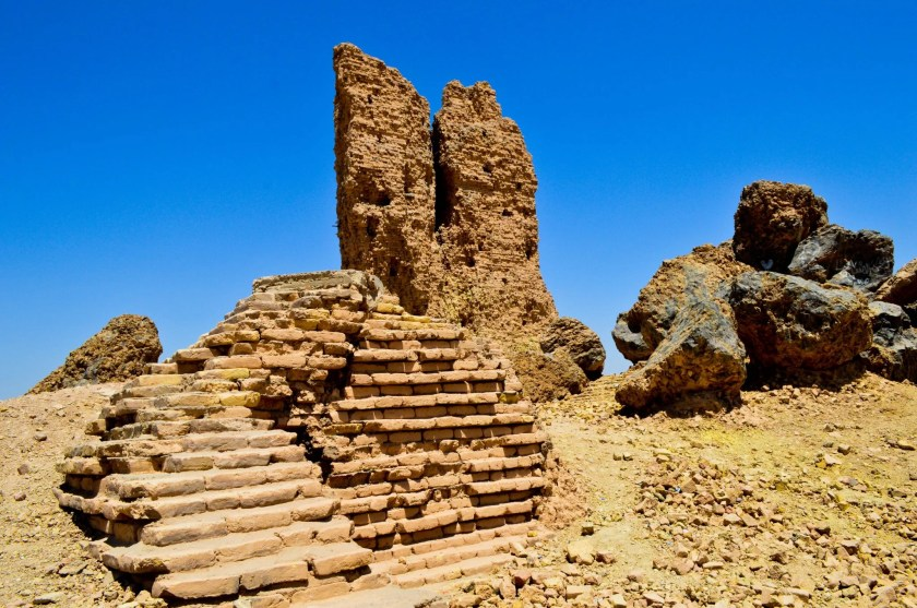 Now, I have reached the top surface of the ziggurat's ruins. We can see the tongue tower, conglomerates of melted/broken bricks and bitumen, and a ruin of small altar-like structure.