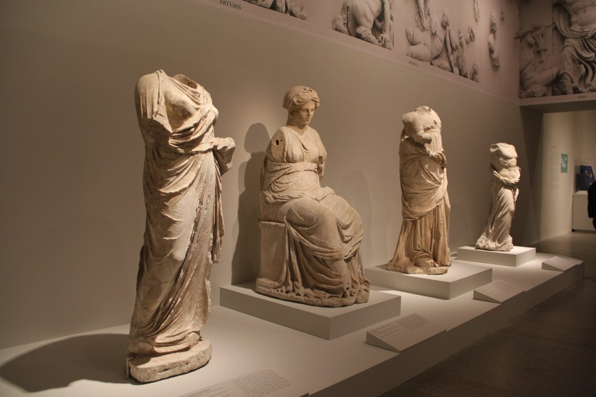 Other Hellenistic sculptures in the exhibition. Image © Caroline Cervera. Hellenistic sculpture.