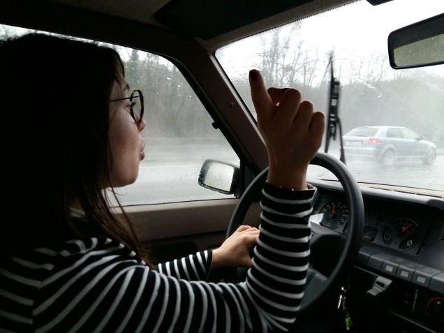 Conduire sous la pluie avec un essuie-glace cassé, c'est fun.