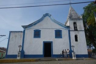 L'obligatoire église à côté de la place
