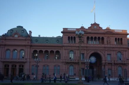 La casa Rosada, l'équivalent de l'Elysée. cependant le chef d'Etat ne vit pas ici mais dans la banlieue chic de Buenos Aires, il se contente de venir tous les matins à son bureau en hélico. Les embouteillages sont réservés à la plèbe.
