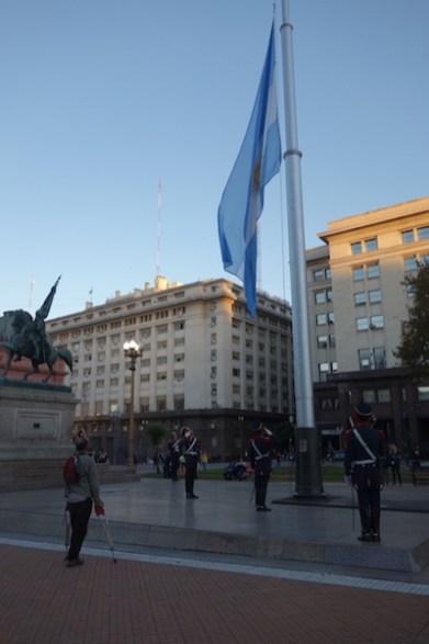La relève de la garde présidentielle baisse le drapeau en fin de journée.
