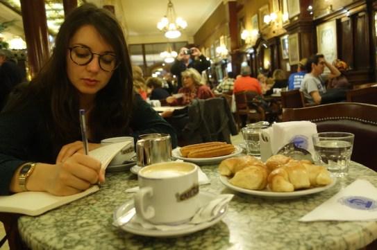 Caroline fait ses devoirs au Café Tortoni