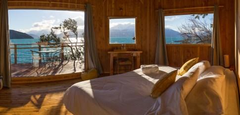 Le lit géant avec vue sur le lac.