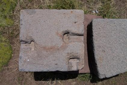 Autre exemple de jointures où les Tiwanacotes coulaient du métal en fusion pour lier les pierres entre-elles.