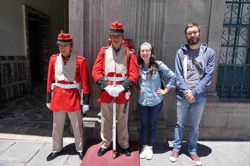 Les gardes présidentiels en ont marre d'avoir des gogos qui se prennent en photo avec eux.