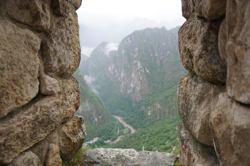 """Vue sur la vallée d'une """"fenêtre"""" de la muraille."""