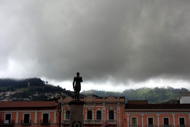 La statue de Simon Bolivar face aux montagnes.