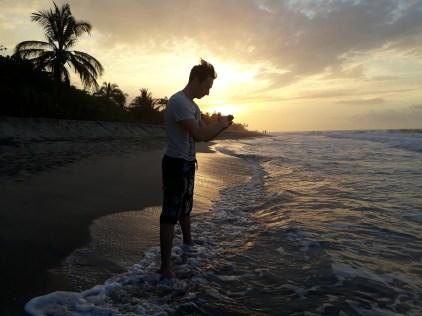 Romain, le grand copain de Gaël fait une pause style Samouraï devant un coucher de soleil.