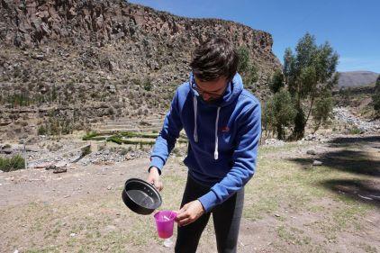 Gaël sert le café, le matin, sur le parking d'un centre thermal péruvien. Notez ce magnifique caleçon, de toute beauté.