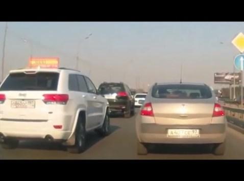 <海外バイラル動画>ド渋滞の低速走行中でヨカッタ… 1台がいきなり爆発し後続車らをビビらせる