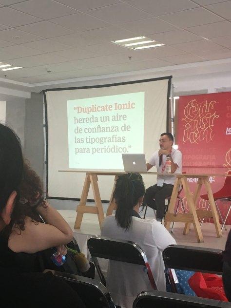 Miguel Reyes presentando