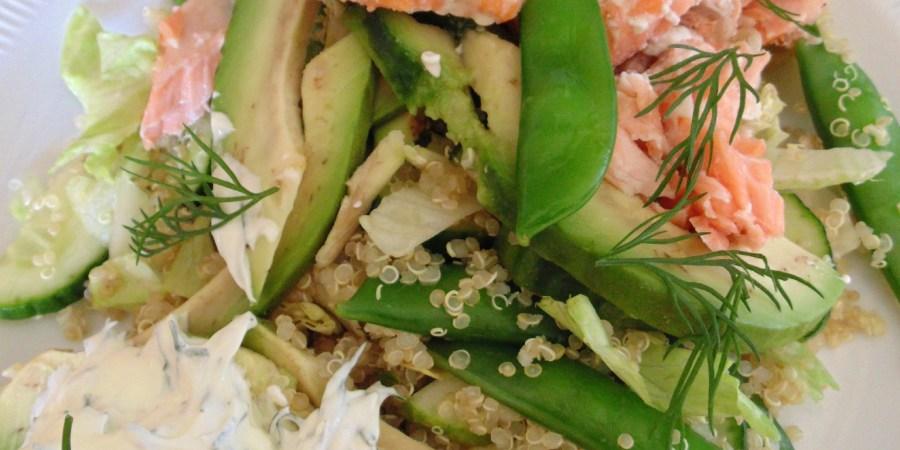 Salade van quinoa, sugarsnaps, avocado en zalm