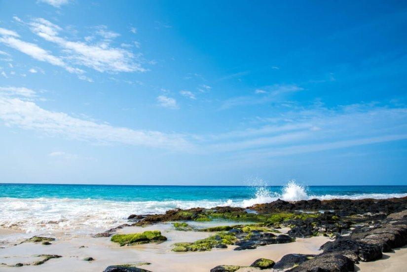 ocean waves crashing on the shore in kailua kona