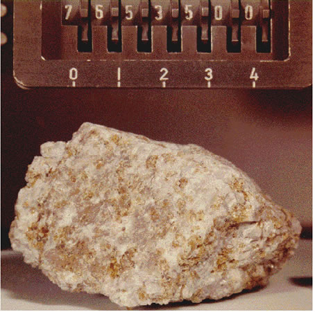 Troctolite: pedra lunar coletada pela Apollo 17. Crédito: NASA